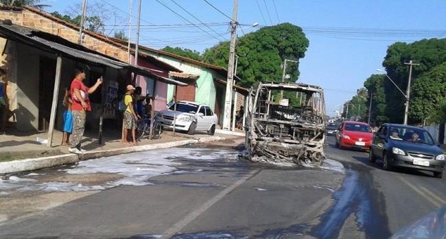Van incendiada na Estrada de São José de Ribamar