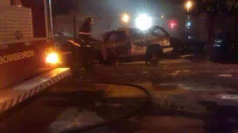 Bombeiros apagando o fogo do carro queimado na Secretaria de Segurança