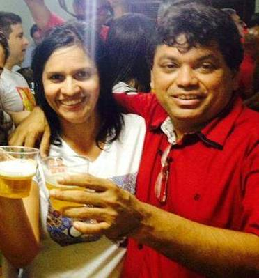 Lene Rodrigues ao lado do marido Márcio Jerry, comemorando o novo emprego