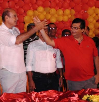 Ribamar Alves lavando a mão de Flávio Dino