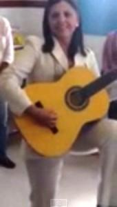 Roseana Sarney canta e toca para alunos do Estado