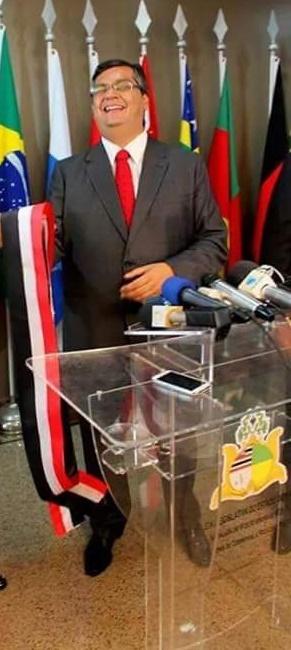 Flávio Dino parece sorrir diante da desgraça de centenas de funcionários
