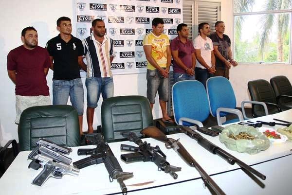 Prisão de Ná (último da direita) em 2011, por roubo de cargas e assaltos a banco