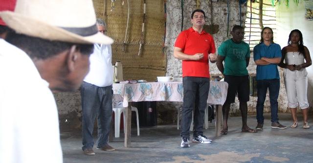 Deputado Júnior Marreca sendo ouvido atentamente pelos moradores