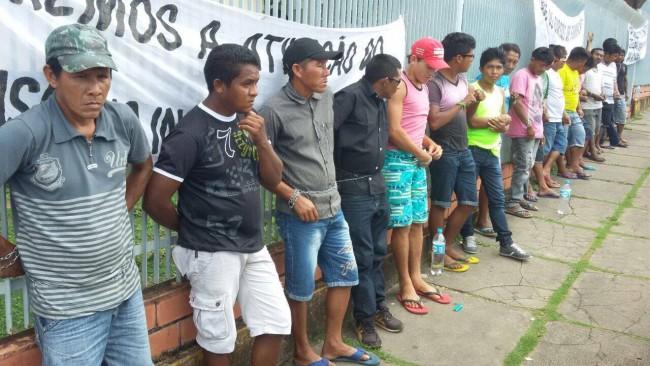 Indígenas fazem protesto na porta da Secretaria de Educação