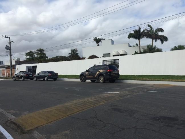 Carro da Policia Federal na porta da casa do ex-secretário Ricardo Murad