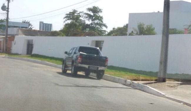 Agentes federais em carro descaracterizado na porta de Ricardo Murad