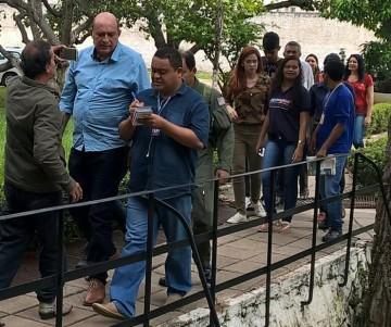 Prefeito Ribamar Alves é cercado por jornalistas na chega a Secretaria de Segurança