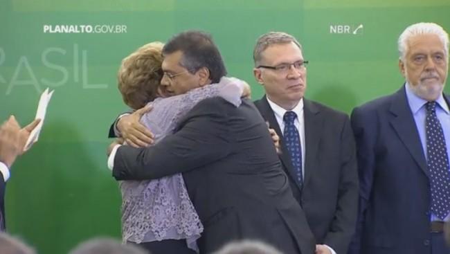 """Flávio Dino aos abraços com Dilma, durante o """"Encontro com Juristas pela Legalidade e em Defesa da Democracia"""""""