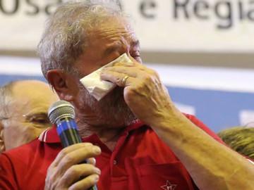 Lula chorando durante fala em ato organizado pela militância do PT em SP