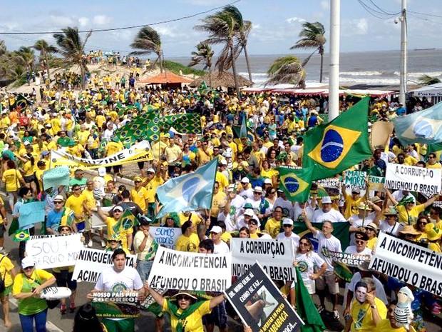 Manifestação na av. Litorânea, orla de São Luís, contrária ao governo Dilma