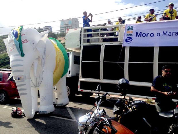 Manifestantes inflam elefante branco durante ato na av. Litorânea, em São Luís