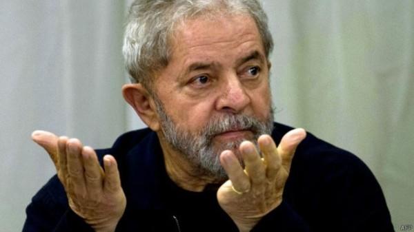 Ex-presidente Lula é acusado de lavagem de dinheiro e falsidade ideológica ao supostamente ocultar a propriedade do tríplex