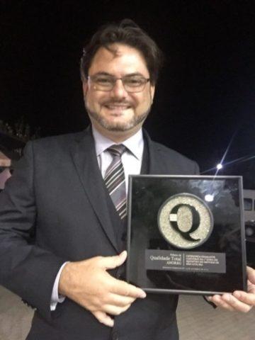Ricardo recebendo Prêmio de Qualidade Total ANOREG-BR