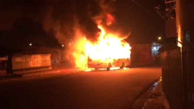 Imagem encaminhada ao Blog de um dos ônibus que tocaram fogo