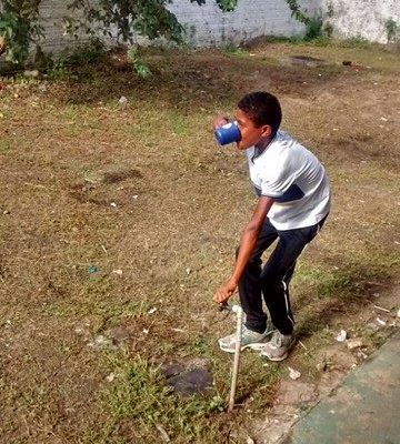 Aluno de Serrano bebe água direto da torneira