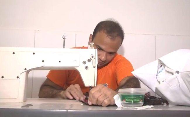 Júnior Bolinha costurando em Pedrinhas