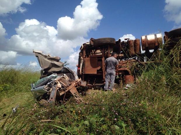 Após acidente, carro de passeio ficou completamente destruído