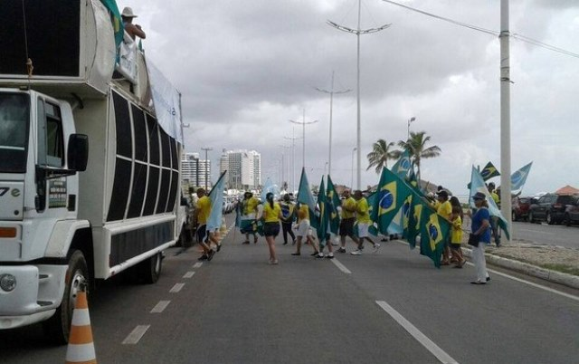 Manifestantem contra Dilma na Avenida Litorânea