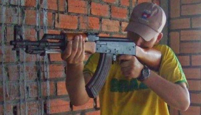 Marcos Duarte postou foto em uma rede social, na qual ele afirma ser ele mesmo ostentando um fuzil, do mesmo modelo usada por Osama Bin Laden