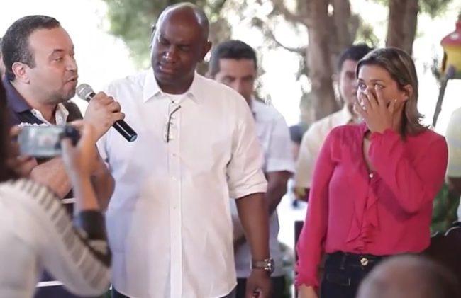 O apresentador e o deputado Cabo Campos ao lado de Rosângela Curado se fazendo de vítima
