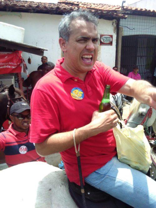 Secretário Márcio Jardim segurando uma sacola de long neck