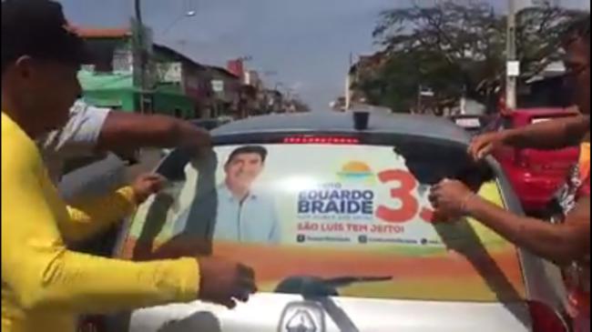 Eleitores de Eduardo Braide rasgam adesivo após serem enganados