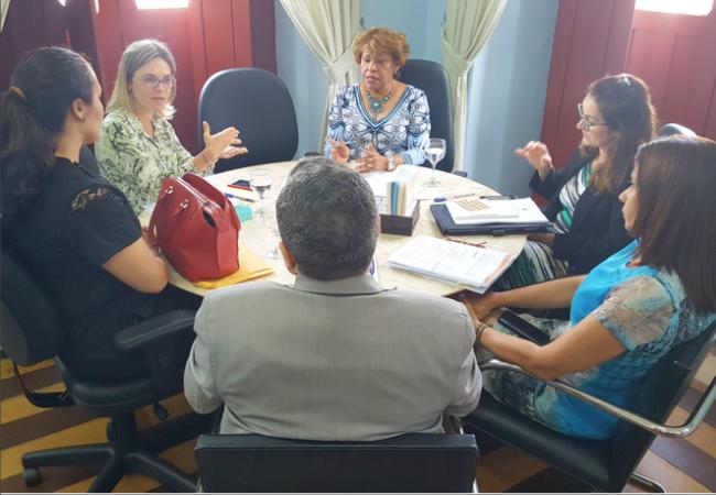 Corregedora Anildes Cruz (camisa azul florida) em reunião com a juíza Cristiana Ferraz (camisa verde florida)