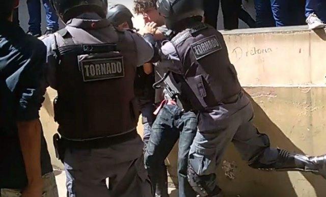 Militares agredindo estudantes
