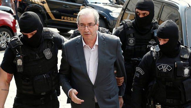 Eduardo Cunha sendo levado por agentes federais