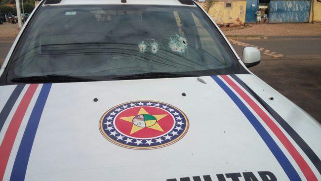 Viatura da PM atingida durante troca de tiros