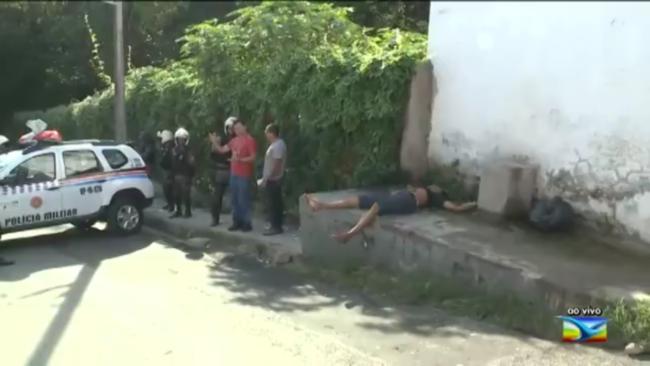 Homem estirando no chão da calçada