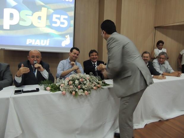 Wellington Dias cumprimenta Alexandre em evento do PSD, em Teresina
