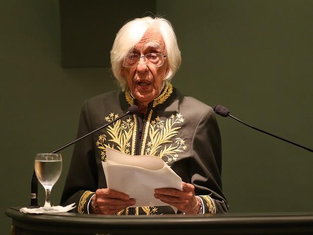 Ferreira Gullar toma posse na Academia Brasileira de Letras, no Rio de Janeiro, nesta sexta-feira (5)