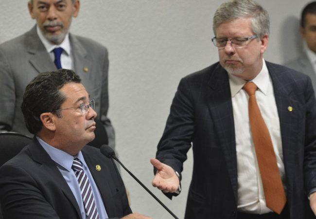 Na foto de 2014, o então presidente da CPMI da Petrobras, senador Vital do Rêgo (ao microfone), e o relator, deputado Marco Maia (à direita)
