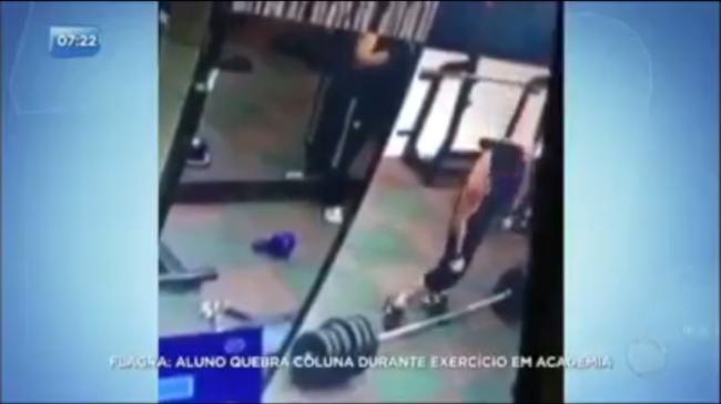 VÍDEO! Homem quebra a coluna durante exercício em academia