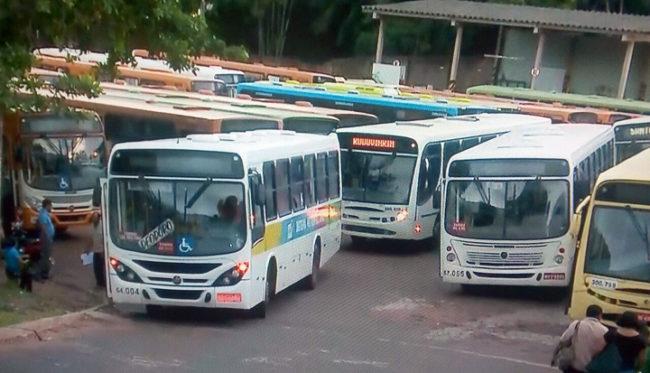Ônibus paralisados na garagem da antiga empresa São Benedito