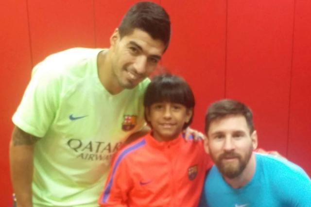 Manu ao lado das estrelas do Barcelona Suárez e Messi