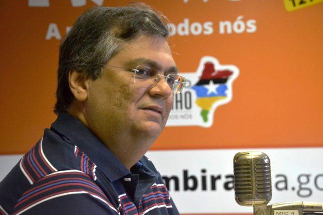 Flávio Dino em entrevista na rádio