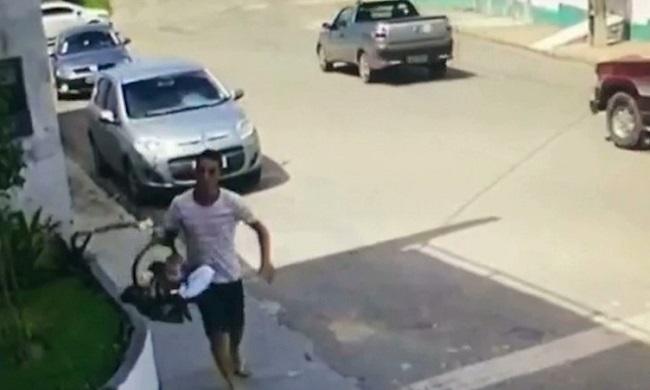 Pai salva filho de ser levado por bandidos em assalto a veículo em São Luís