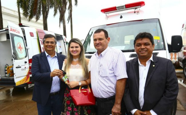 Prefeita Tatyana Mendes recebe a chave da ambulância das mãos do governador Flávio Dino