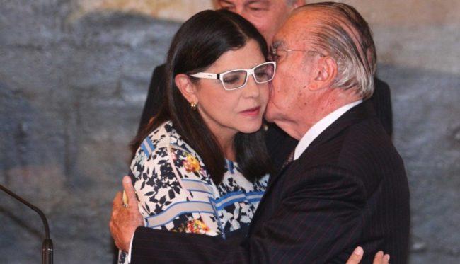 Roseana recebendo carinho do pai José Sarney