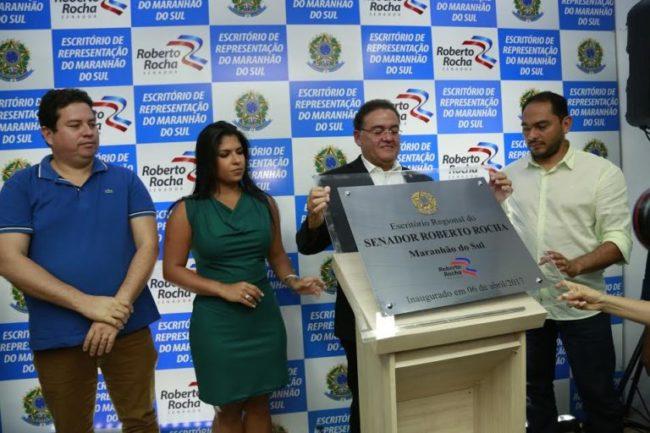 Senador Roberto Rocha inaugurando seu escritório em Imperatriz ao lado do prefeito da cidade, Assis Ramos
