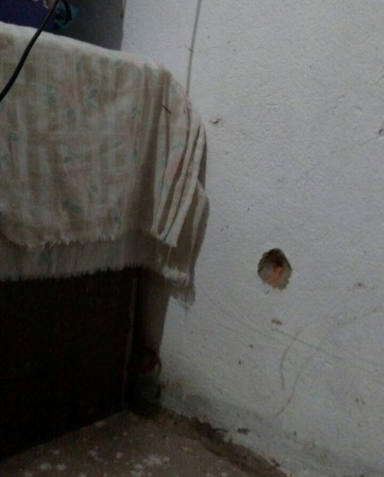 Cômodos da casa aposentada foram perfurados por disparos de arma de fogo