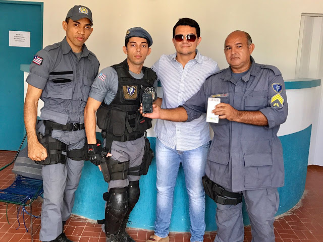 Davi Leda entregando o celular para policiais militares de Duque Bacelar