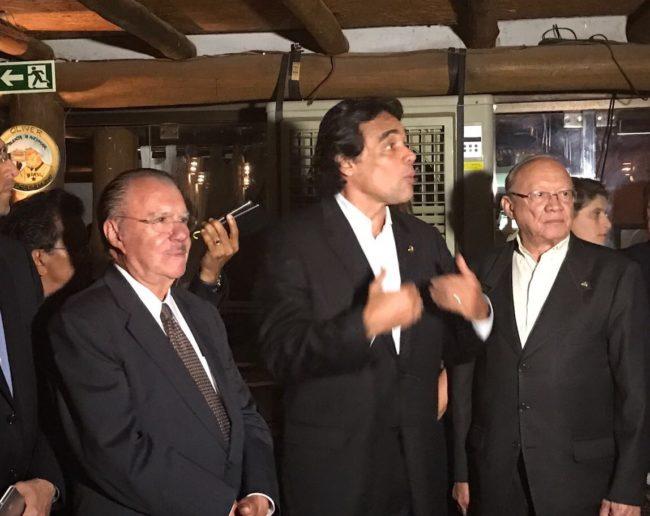 Edinho Lobão discursa ao lado do ex-presidente José Sarney e do senador João Alberto