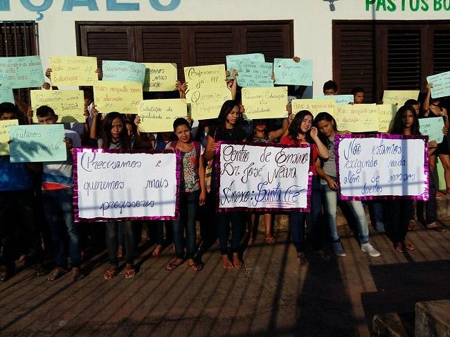 Alunos fazem protesto em escola estadual no município de Pastos Bons