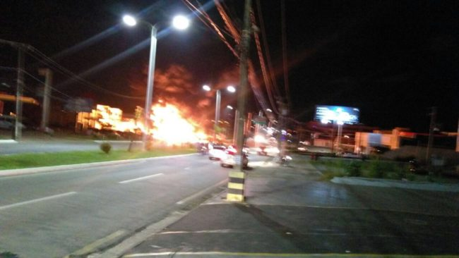 Caminhão pegando fogo na Holandeses