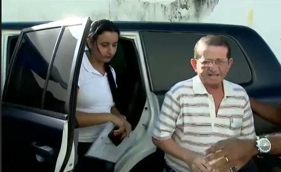 Ex-prefeito sendo conduzido pela polícia