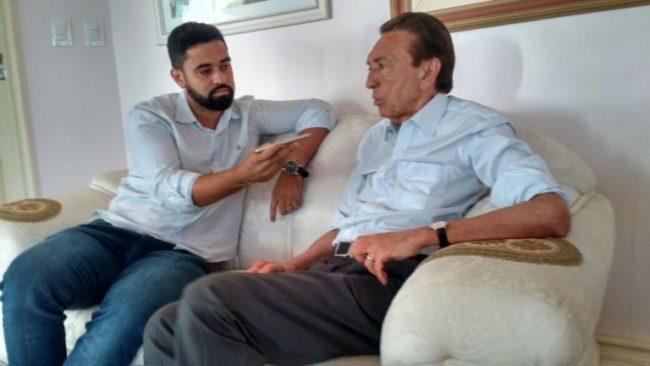 Jornalista Neto Ferreira entrevistando o senador Edison Lobão